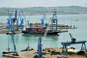 (ANSA) - ANCONA, 24 APR - Porto di Ancona con nave portacontainer in partenza.