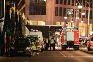 Camion travolge la folla a un mercatino di Natale a Berlino