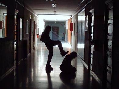 Docente precario picchiato da studenti, poi si dimette. Un altro episodio di violenza