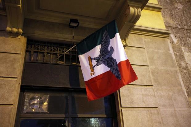 Un docente sventola bandiera di Salò: denunciato per apologia di Fascismo