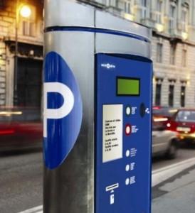 strisce-blu-se-il-parchimetro-non-ha-il-bancomat-il-parcheggio-gratis