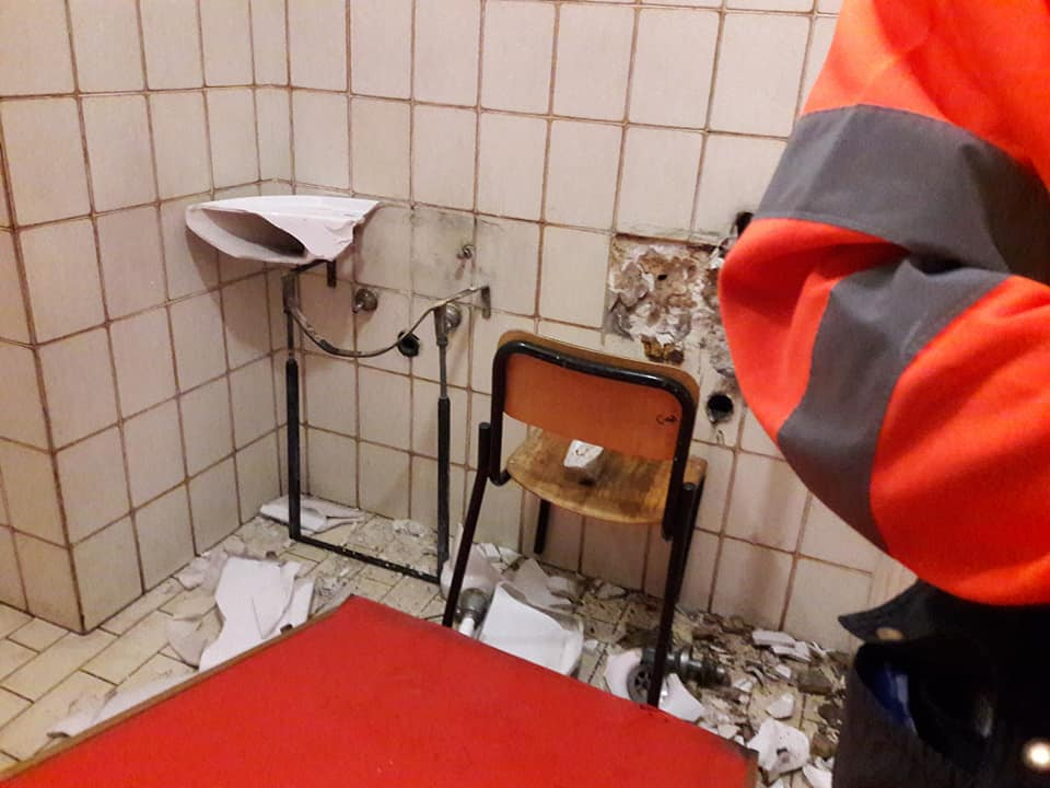 Atti vandalici a scuola distruggono i for Rubinetti per tubi di rame