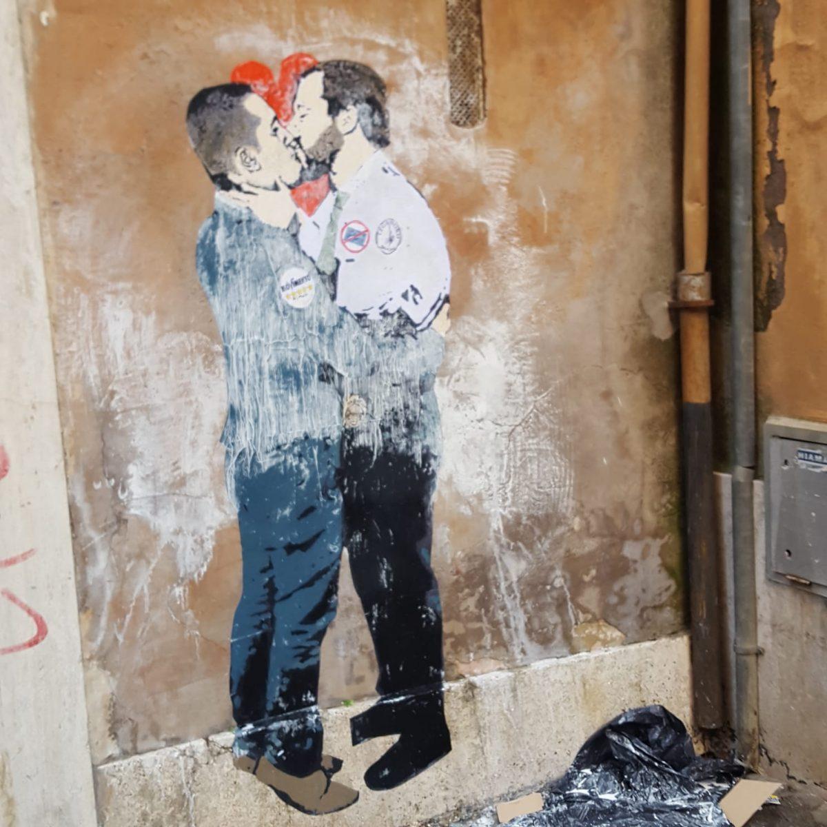 A Roma spunta un murales con un bacio tra Di Maio e Salvini