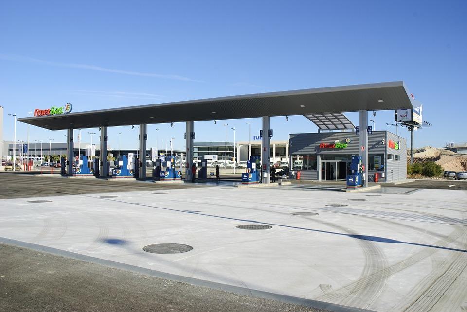 Cambiano i nomi di benzina e diesel: apartire dal 12 ottobrenuove etichettenelle stazioni di rifornimento in Italia e Europa.