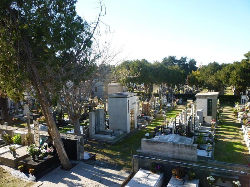 rimangono-chiusi-nel-cimitero